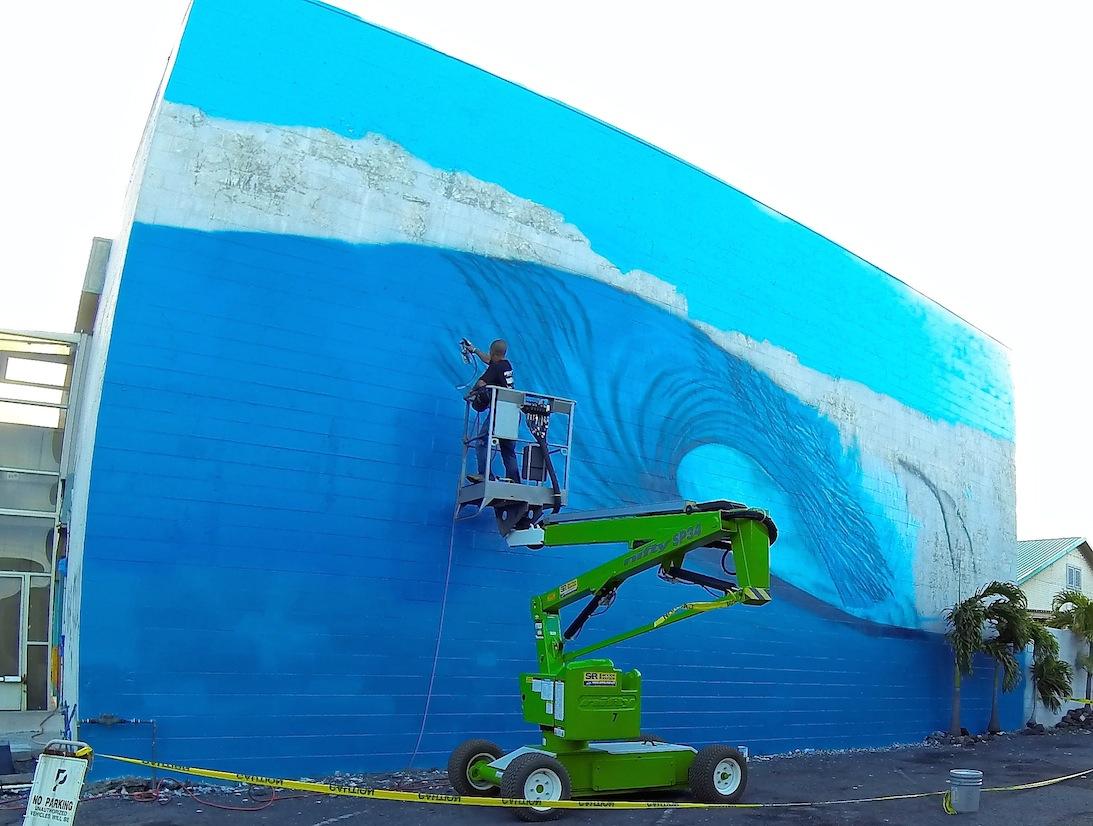 Hilton Maui Mural 03 Hilton Alves Paints 3rd Perfect Wave Mural of 101